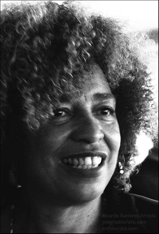2001SEPTIEMBRE03 (BYN. Negativo. 300 dpi. Plano cerrado). Sudáfrica. Durban. Conferencia Mundial contra el Racismo, la Discriminación Racial, la Xenofobia y las Formas Conexas de Intolerancia. WCAR. Retrato. Angela Davis. Estados Unidos. Luchadora por los derechos civiles, política marxista y activista afroamericana. En los años sesenta vinculada con el Partido de las Panteras Negras. Premio Lenin de la Paz en 1979, ex candidata a la vicepresidencia de los Estados Unidos. Catedrática en estudios de etnia y de la mujer. ©Ricardo Ramírez Arriola / e7photo.com 2001SEPTEMBER03 (BYN. Negative. 300 dpi. Close up). South Africa. Durban. World Conference against Racism, Racial Discrimination, Xenophobia and Related Intolerance. WCAR. Portrait. Angela Davis. The United States. Luchadora for the civil laws, Marxist politics and Afro-American activist. In the sixties linked with the Party of the Black Panthers. Prize Lenin of the Peace in 1979, ex-candidate to the vicepresidency of the United States. Catedrática in studies of etnia and of the woman. ©Ricardo Ramírez Arriola / e7photo.com